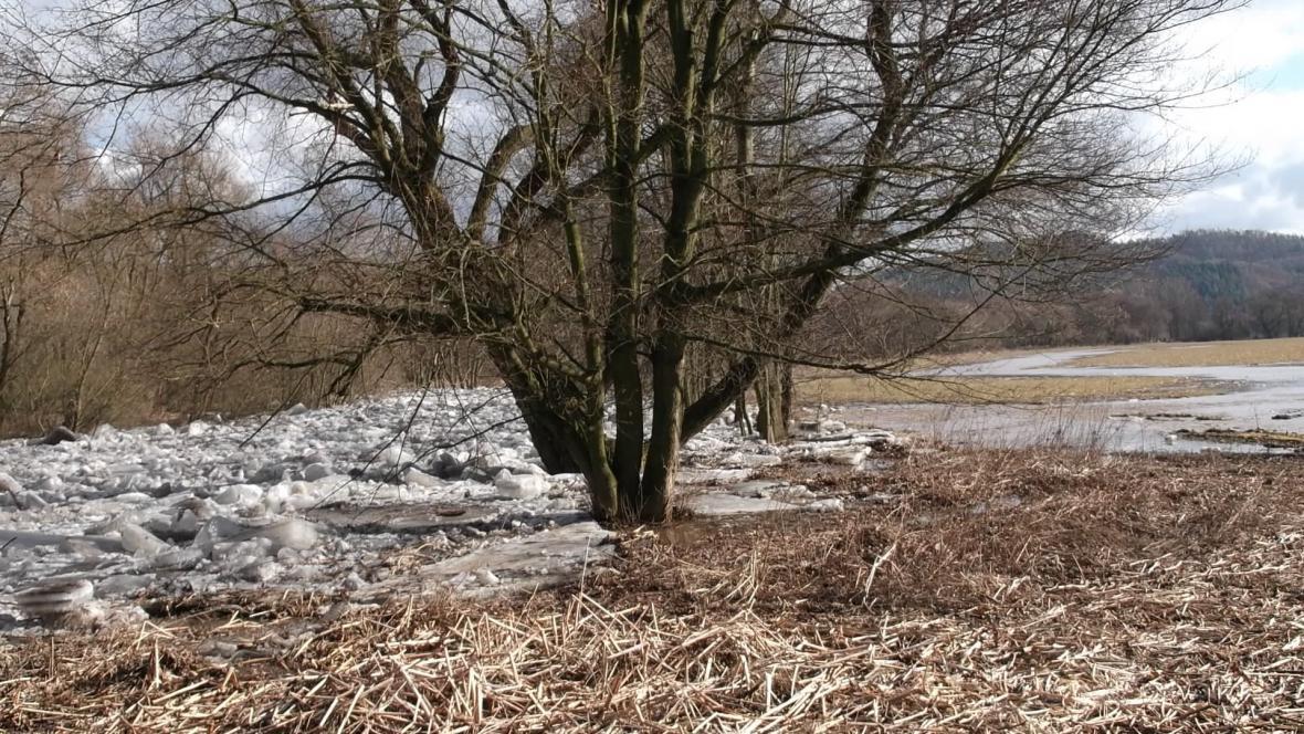 Voda z řeky se vylila do pole