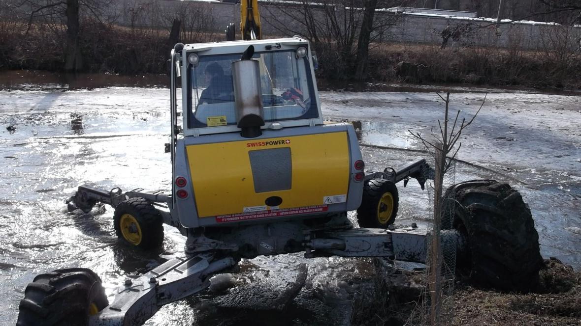 Bagr uvolňuje řeku