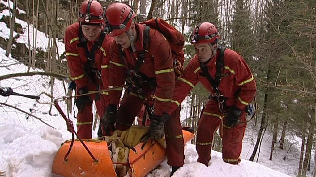 Hasiči při cvičné záchraně figuranta