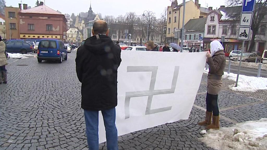 Aktivisté s hákovým křížem
