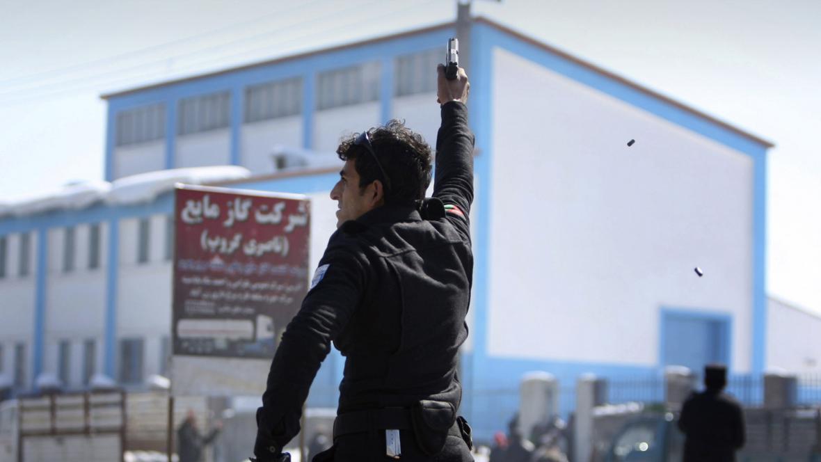 Afghánský policista střílí do vzduchu