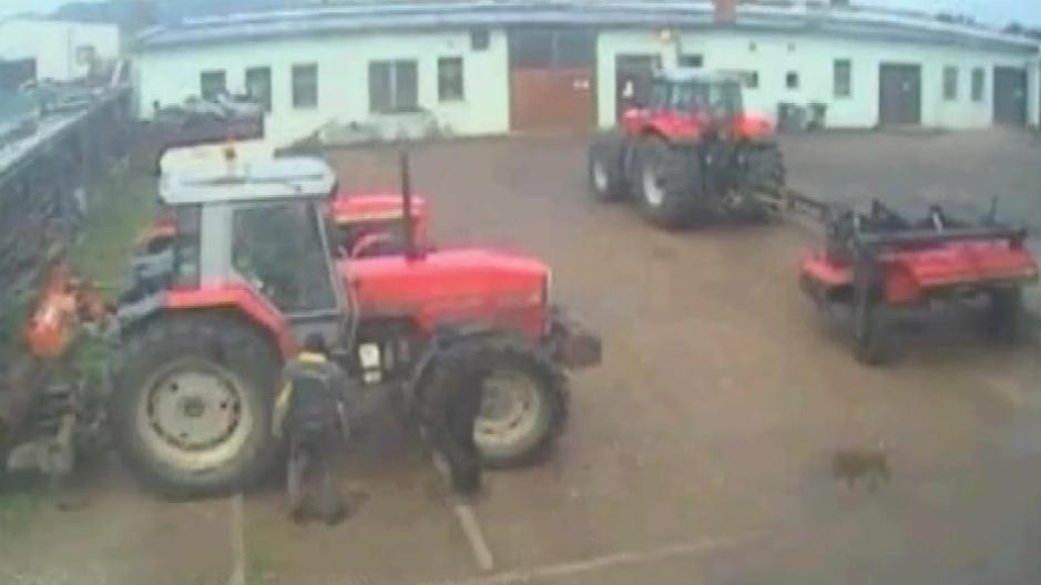 Průmyslová kamera zachytila lupiče při krádeži nafty z traktoru
