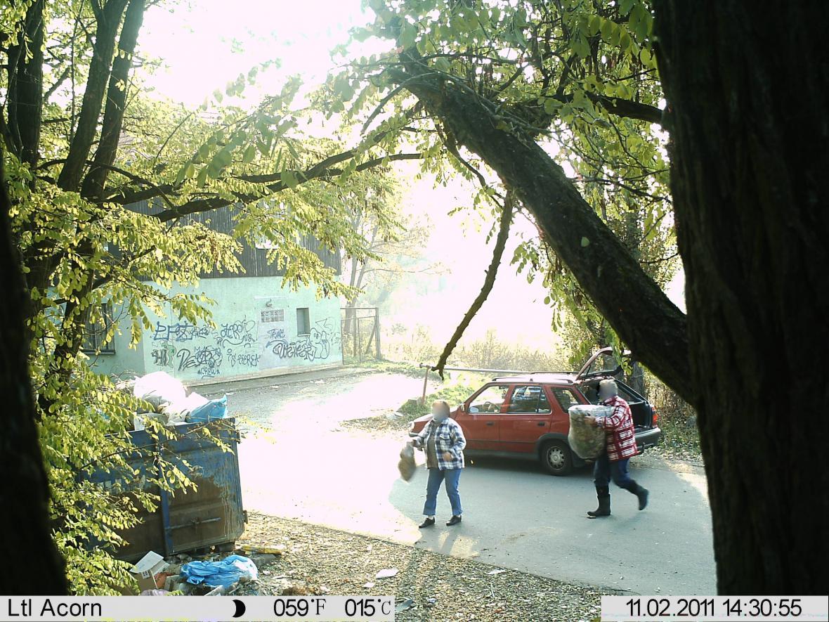 Snímek z fotopasti zachycuje občany, kteří přivezli odpad na černou skládku