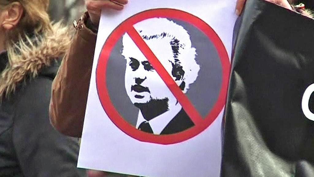 Východoevropané protestují v Haagu proti Wildersovi