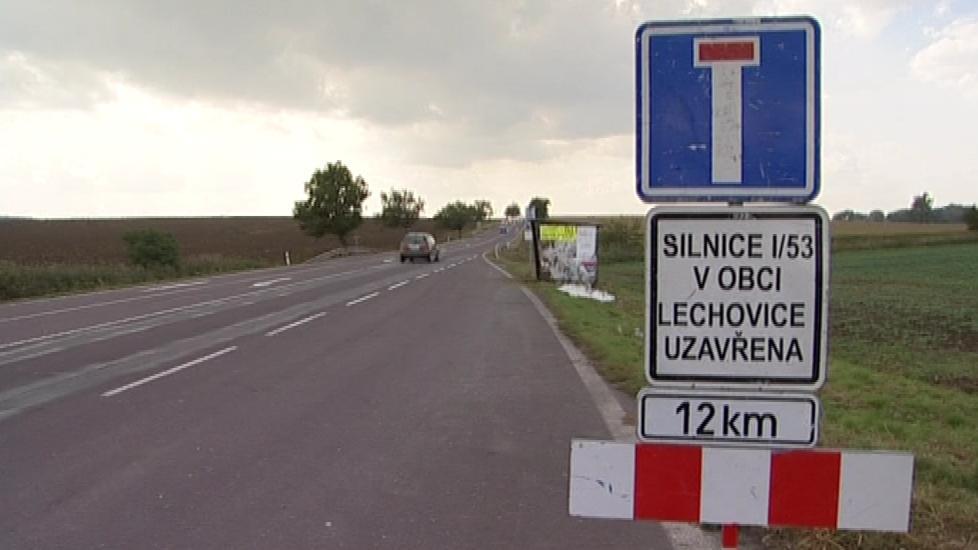 Čtyřkilometrový úsek silnice Lechovicemi je uzavřený