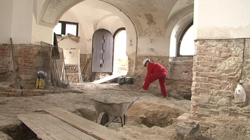 Uvnitř synagogy budou položeny nové podlahy