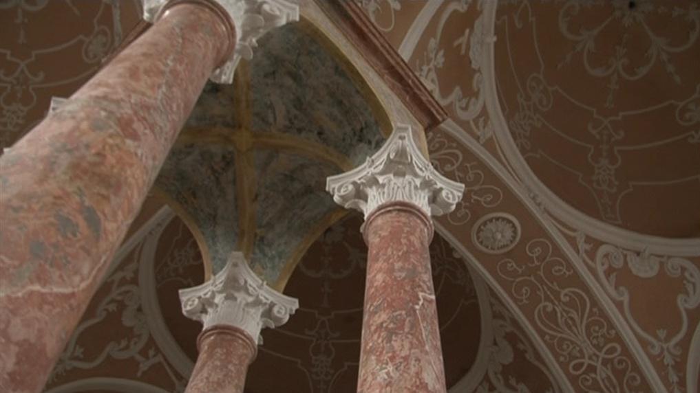 Čtyři sloupy uprostřed - znak synagog polského typu