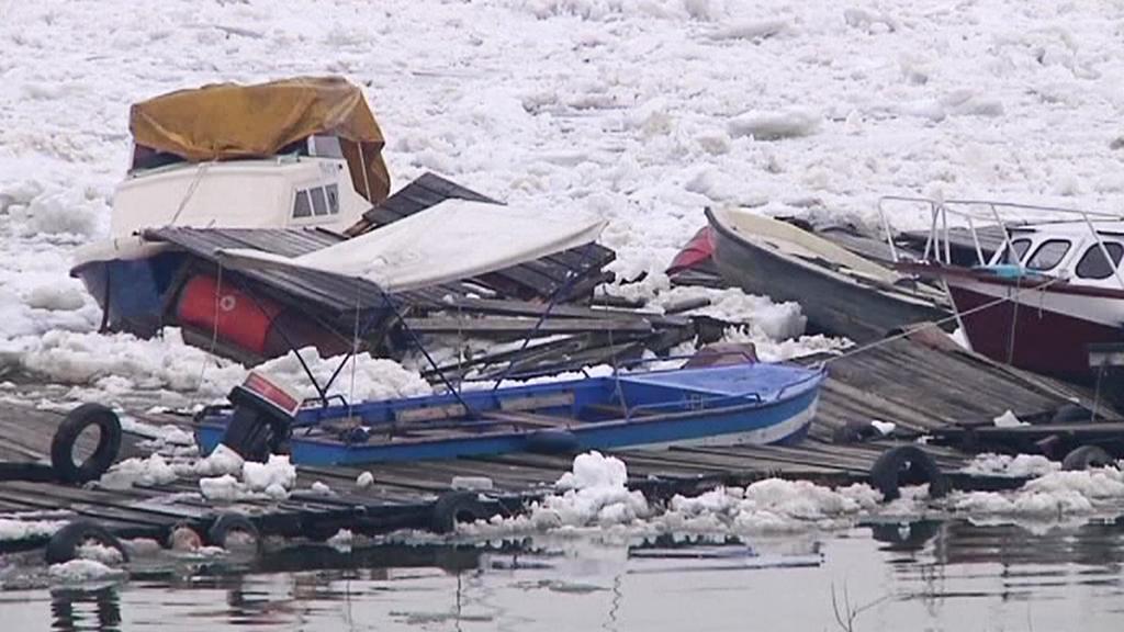 Tající led na Dunaji zničil v Bělehradě desítky lodí
