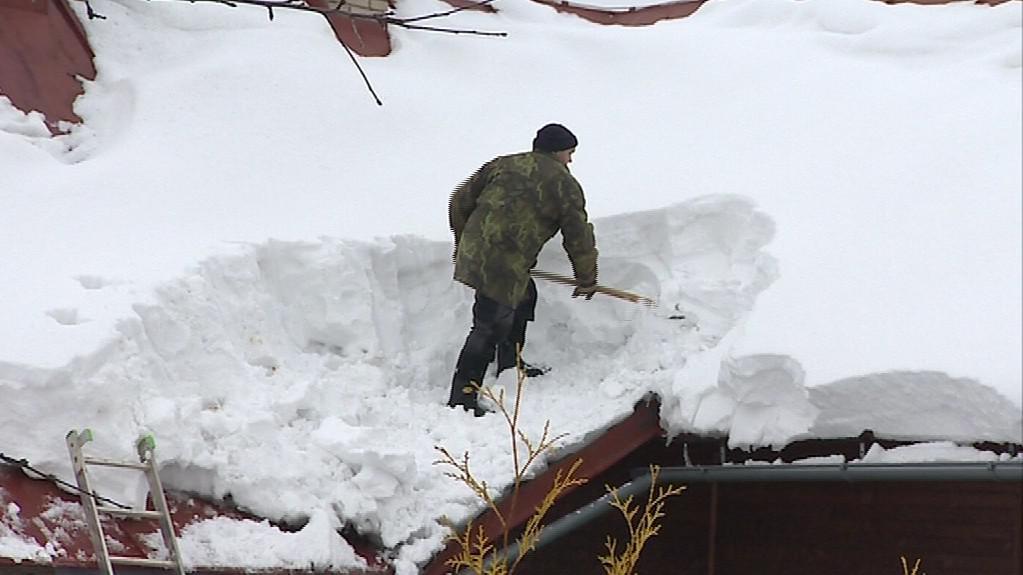Obyvatelé Francovy Lhoty odklízeli sníh i ze střech