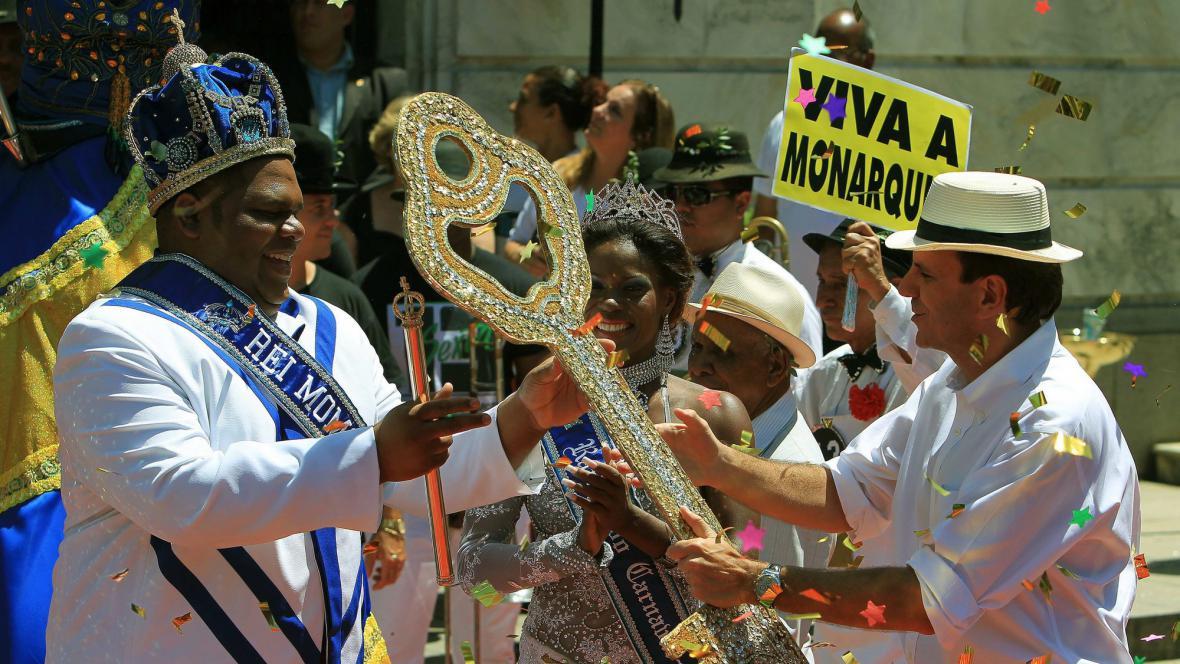 Král Momo přebírá klíč od starosty