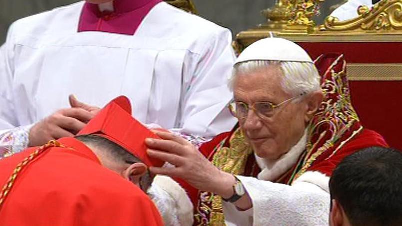 Dominik Duka přebírá kardinálské symboly