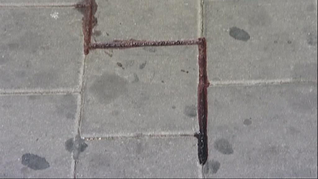 Po zraněných mužích zůstala na chodníku krev
