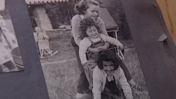 Fotografie dcer Grety Tugendhatové při hře