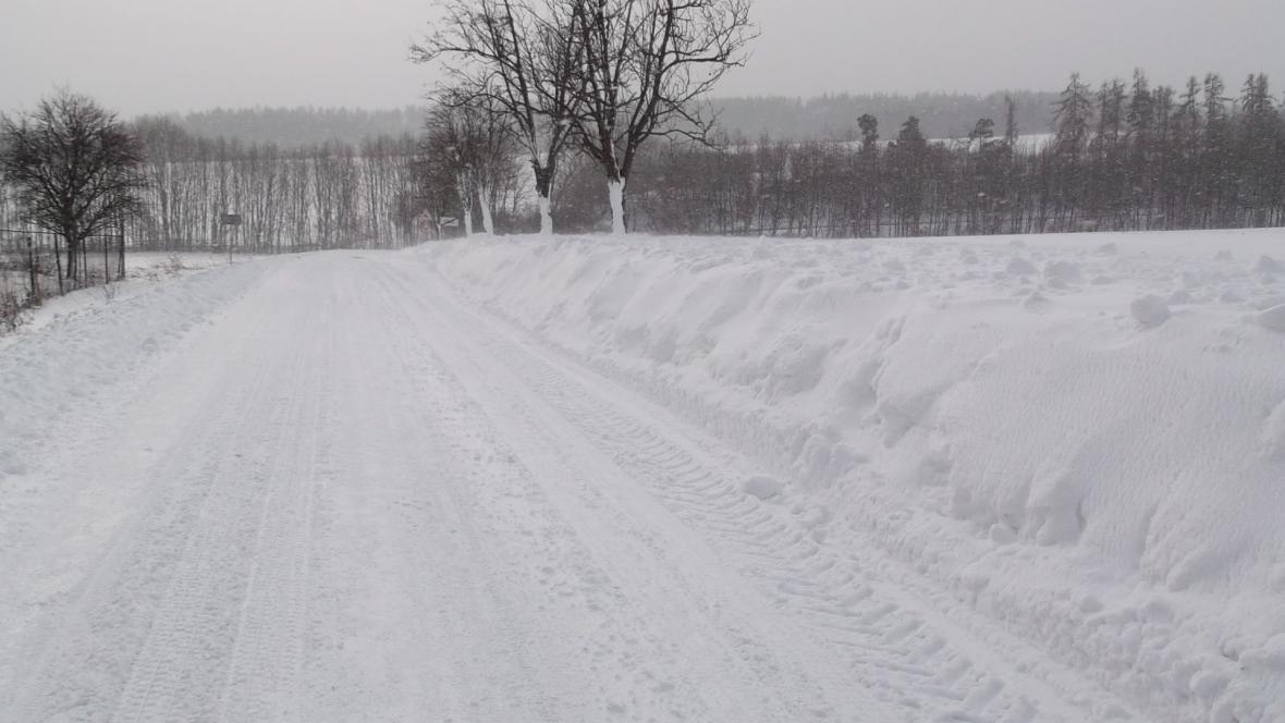 Na některých silnicích je vysoká vrstva sněhu
