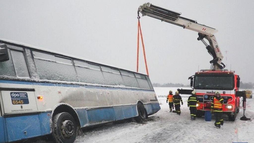 Hasiči vyprošťovali autobus