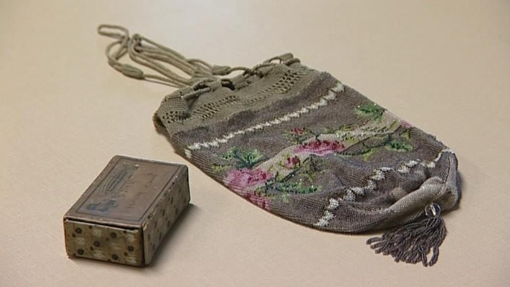Podobnou kabelku nosily v 19. století bohaté měšťanky