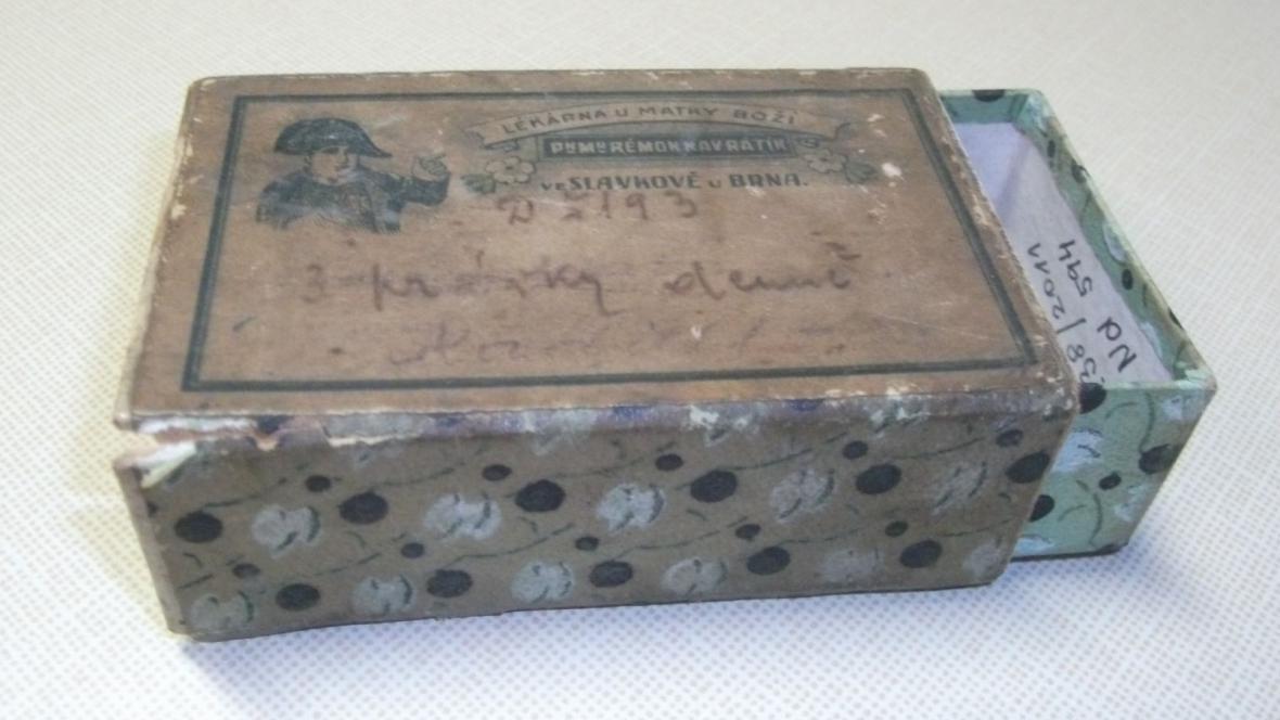 Krabička léků ze Slavkovské lékárny s portrétem Napoleona