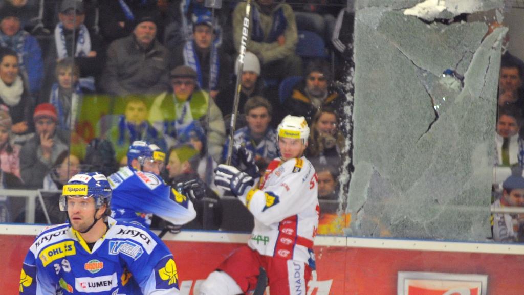 Prasklé plexisklo v duelu Brno - Slavia