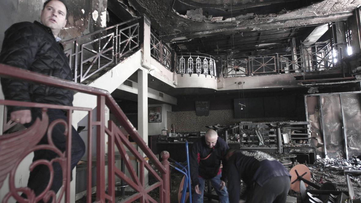 Vypálená kavárna v centru Atén