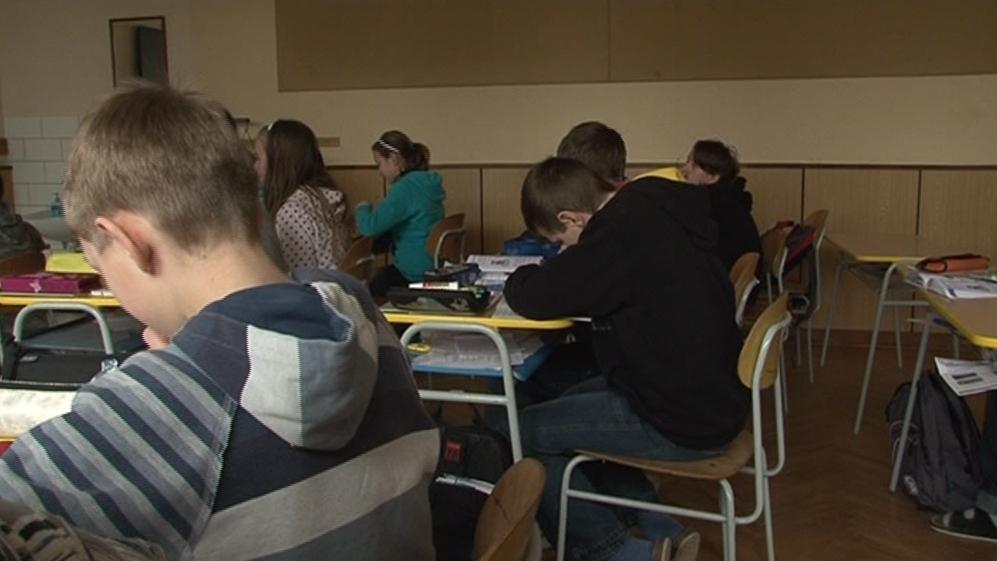 Děti ze základní školy v Nenkovicích musí ve třídách sedět v několika vrstvách oblečení