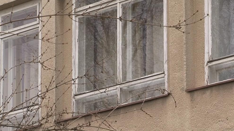 Škola potřebuje vyměnit prohnilá okna i staré radiátory