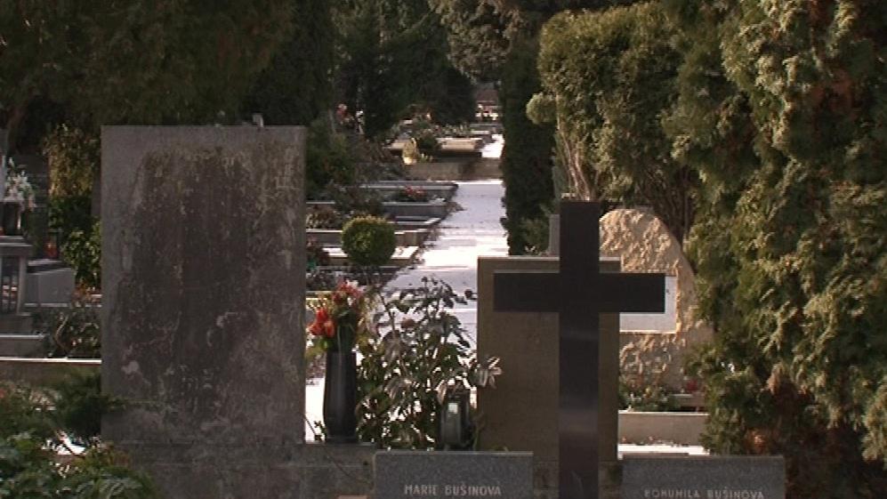 Hřbitovy trápí vandalové