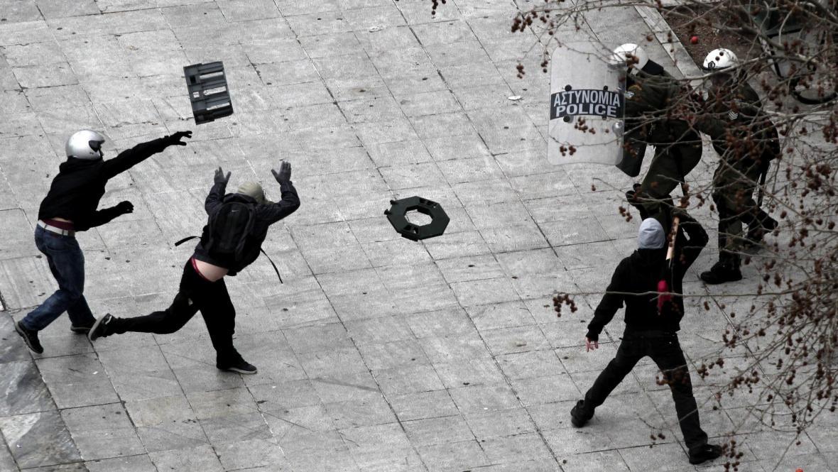 Střety řeckých demonstrantů s policií