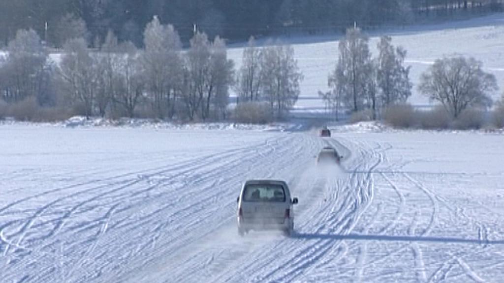 Auta na zamrzlé přehradě
