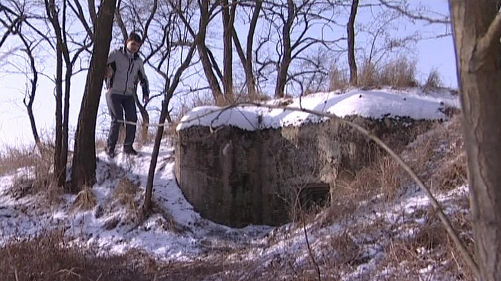 Michal Kincl u bunkru na vlastním pozemku
