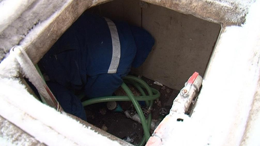 Pracovník poruchové jednotky vodáren kontroluje vodoměr