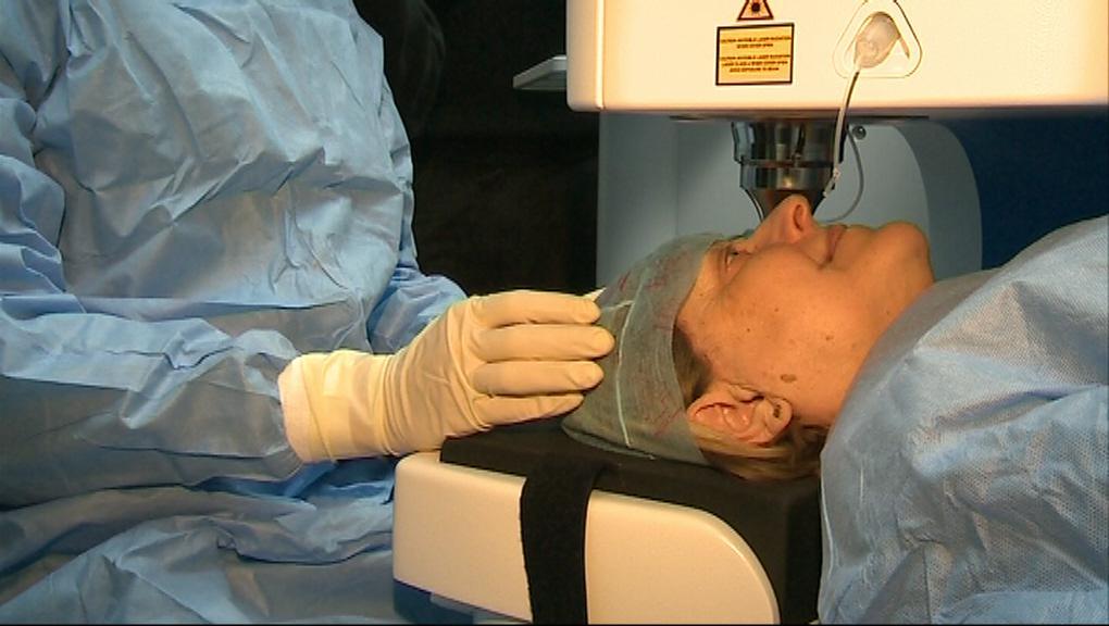 Operace šedého zákalu pomocí laseru je bezpečnější a šetrnější