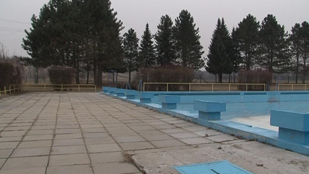 Zchátralé koupaliště v Lipově
