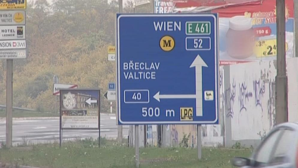 Silnice I/52 je hlavní tahem mezi Brnem a Vídní