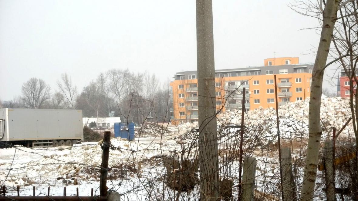 Ve bývalém areálu firmy Tranza probíhají demoliční práce