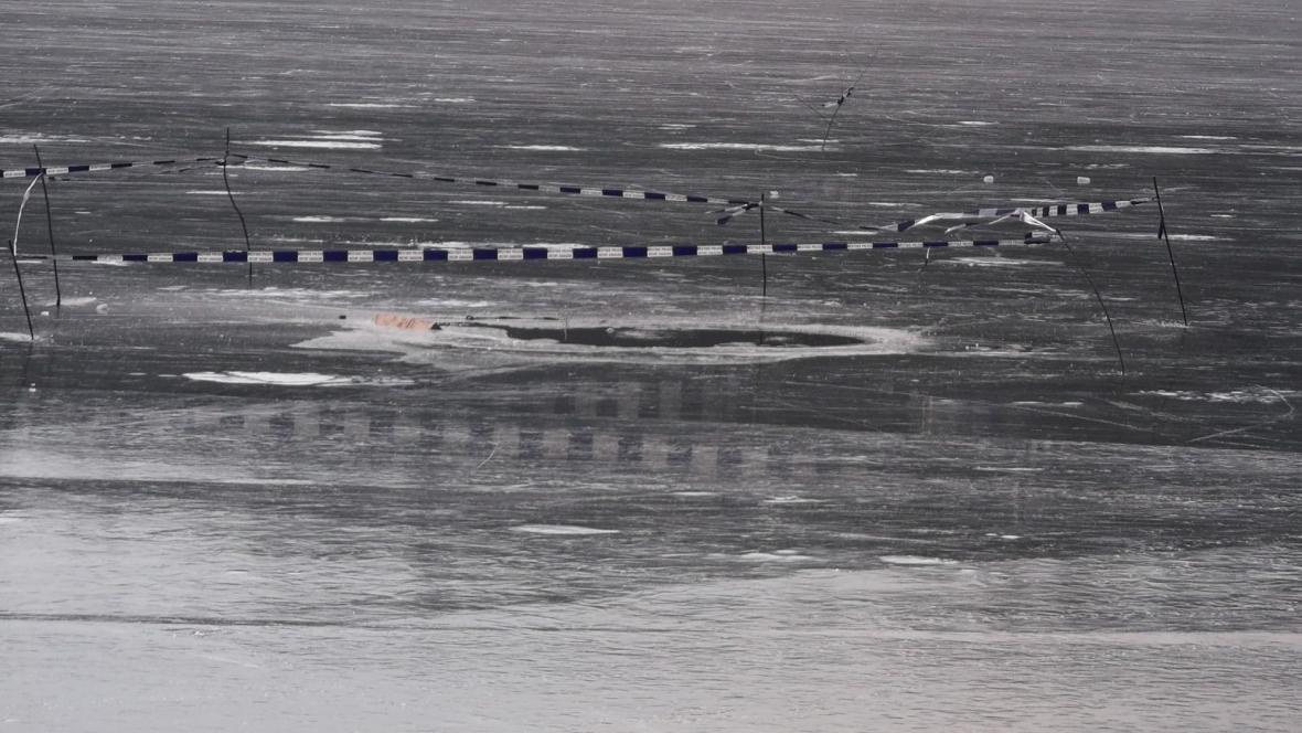 Díry v ledu na Brněnské přehradě