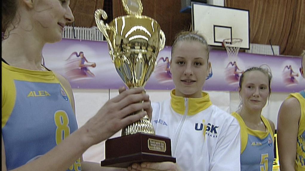 Basketbalistky USK s pohárem