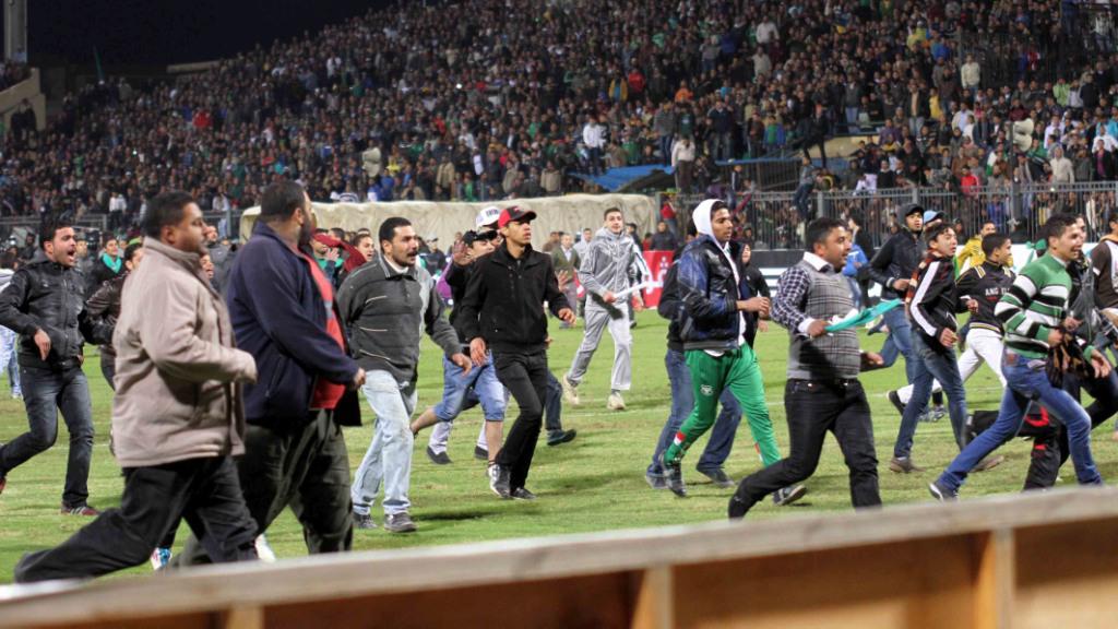 Fanoušci pronásledují fotbalisty Al-Ahlí