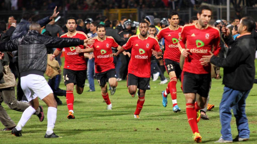 Fotbalisté Al-Ahlí běží do bezpečí