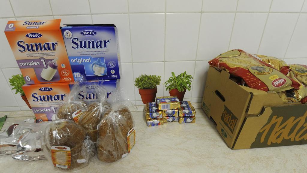 Armáda spásy rozděluje jídlo lidem, kterým nepřišly dávky