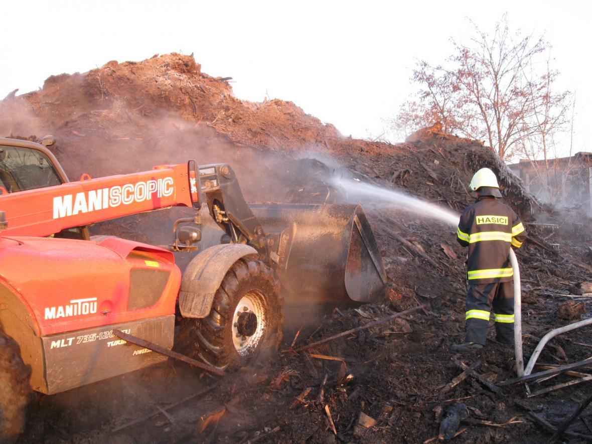 Hasiči likvidovali požár skládky v Šaraticích
