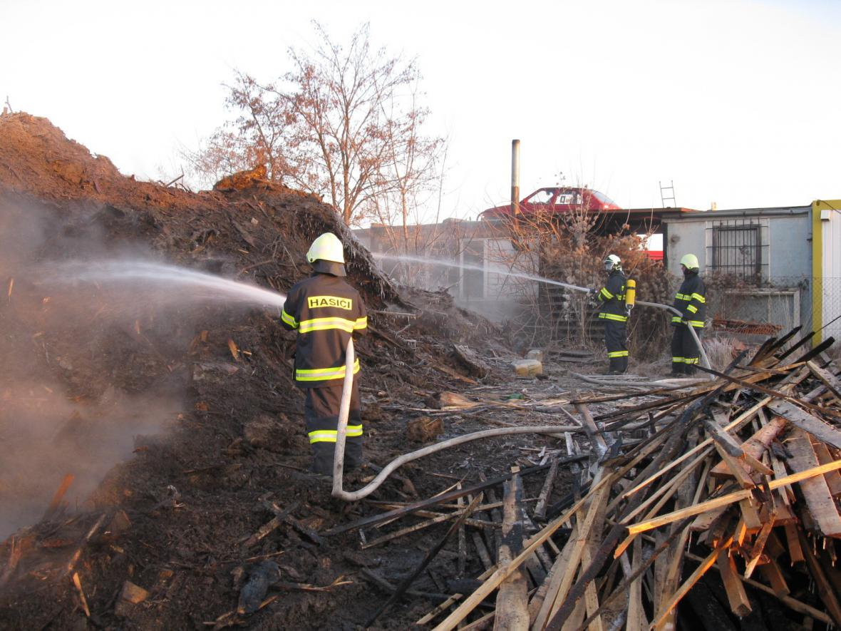 Hasiči likvidují požár v Šaraticích