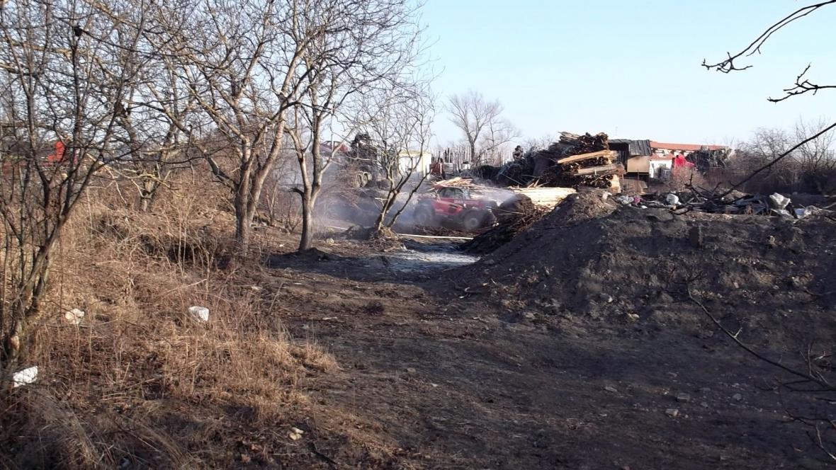 Požár skládky dřeva v Šaraticích