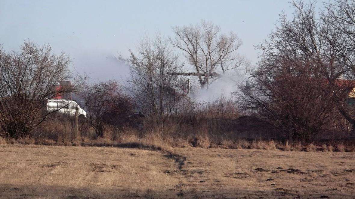 Hasiči likvidovali požár dřeva v Šaraticích