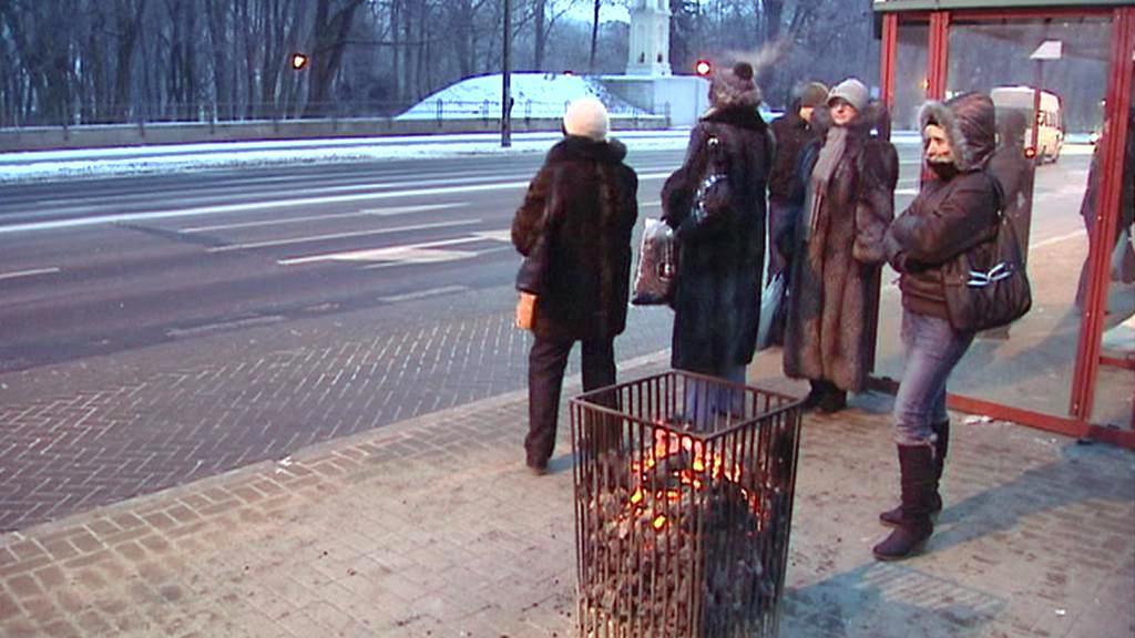 Koše s hořícím uhlím mají Varšavanům ulevit od mrazu