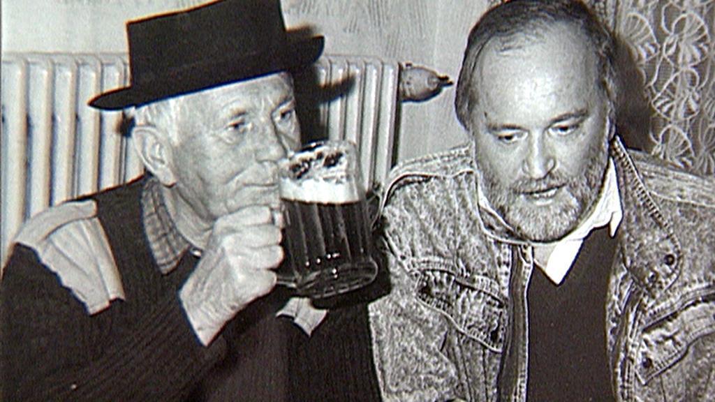 Bohumil Hrabal (vlevo)