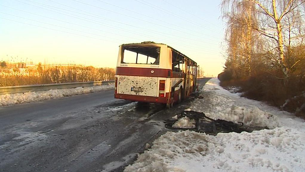 Vyhořelý autobus u Turnova
