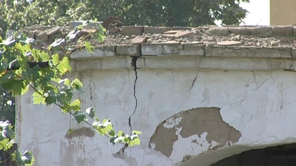 Památkově chráněný dům ve Strachoticích se rozpadá