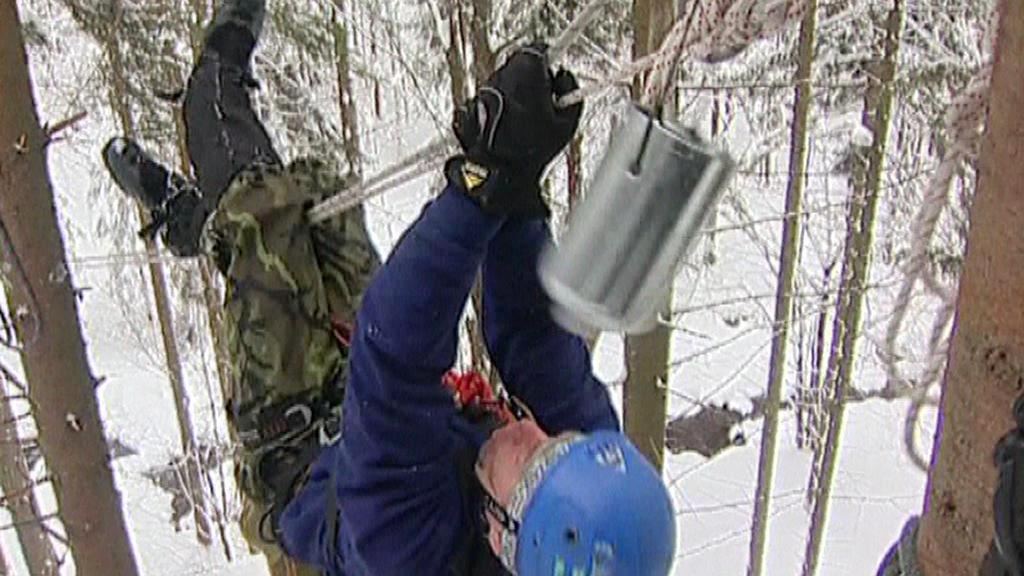 Voják zdolává překážky Winter Survivalu
