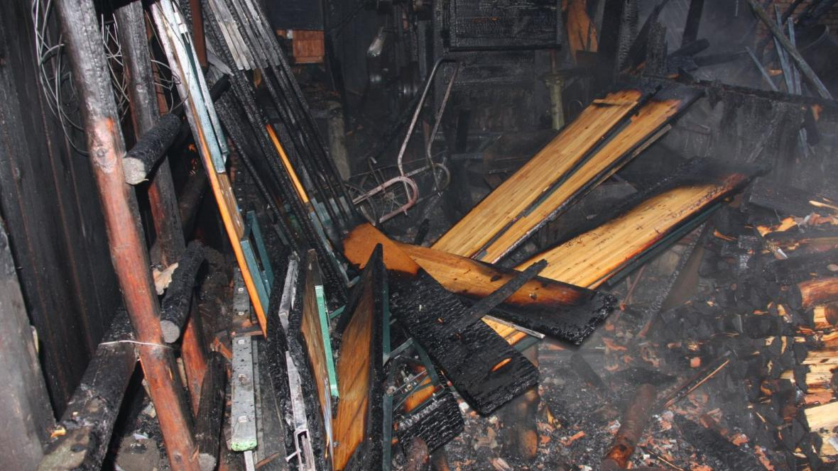 Požár zničil stodolu i s vybavením