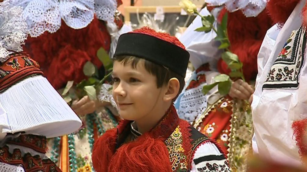 Král byl představen na tradičním krojovém plese